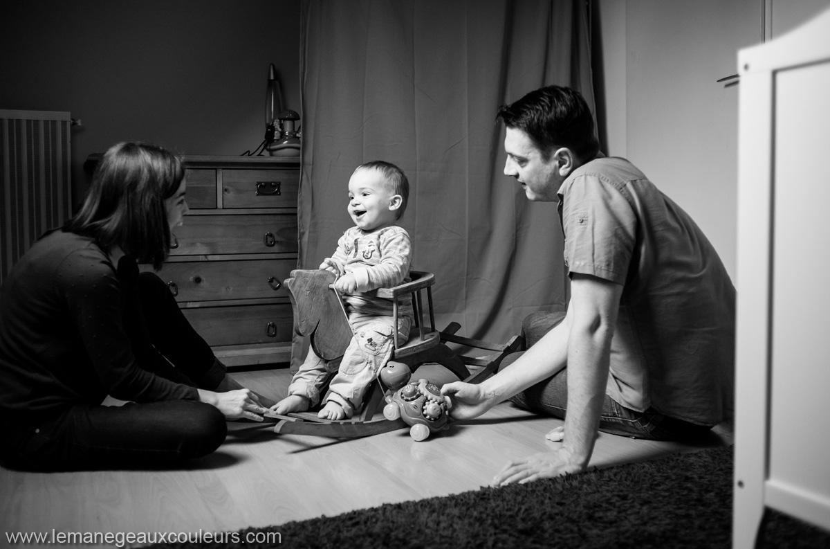 séance famille à la maison - les souvenirs du quotidien d'un garçon d'un an dans sa chambre - photographe famille lille nord