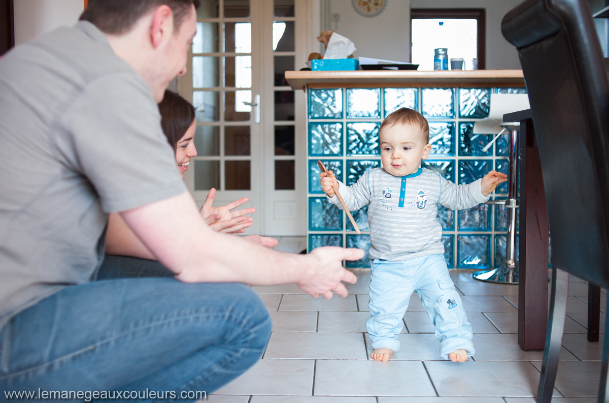 séance famille à Lille - photos à la maison, les premiers pas d'un enfant d'un an