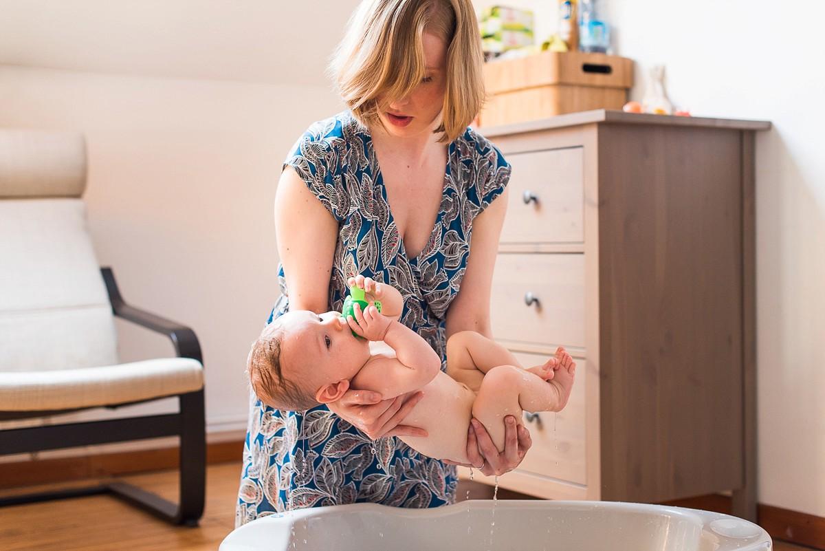 Reportage photo de vie quotidienne sortie du bain de bébé photographe famille lille