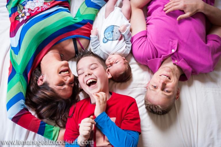 seance-photo-bebe-lille-nouveau-ne-a-la-maison-photographe-famille-nord-pas-de-calais-belgique-ath-joie-couleur-lifestyle (5)