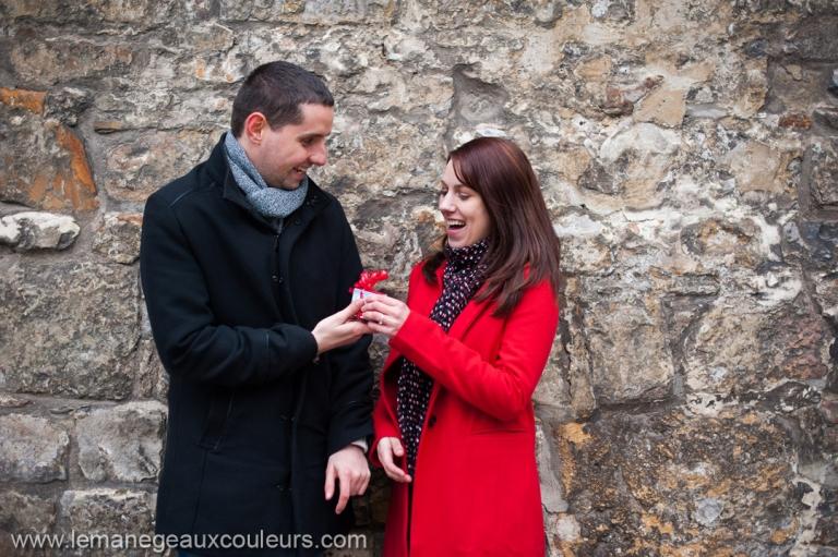 séance engagement à aix la chapelle - petite surprise du marié pendant la séance photo d'engagement