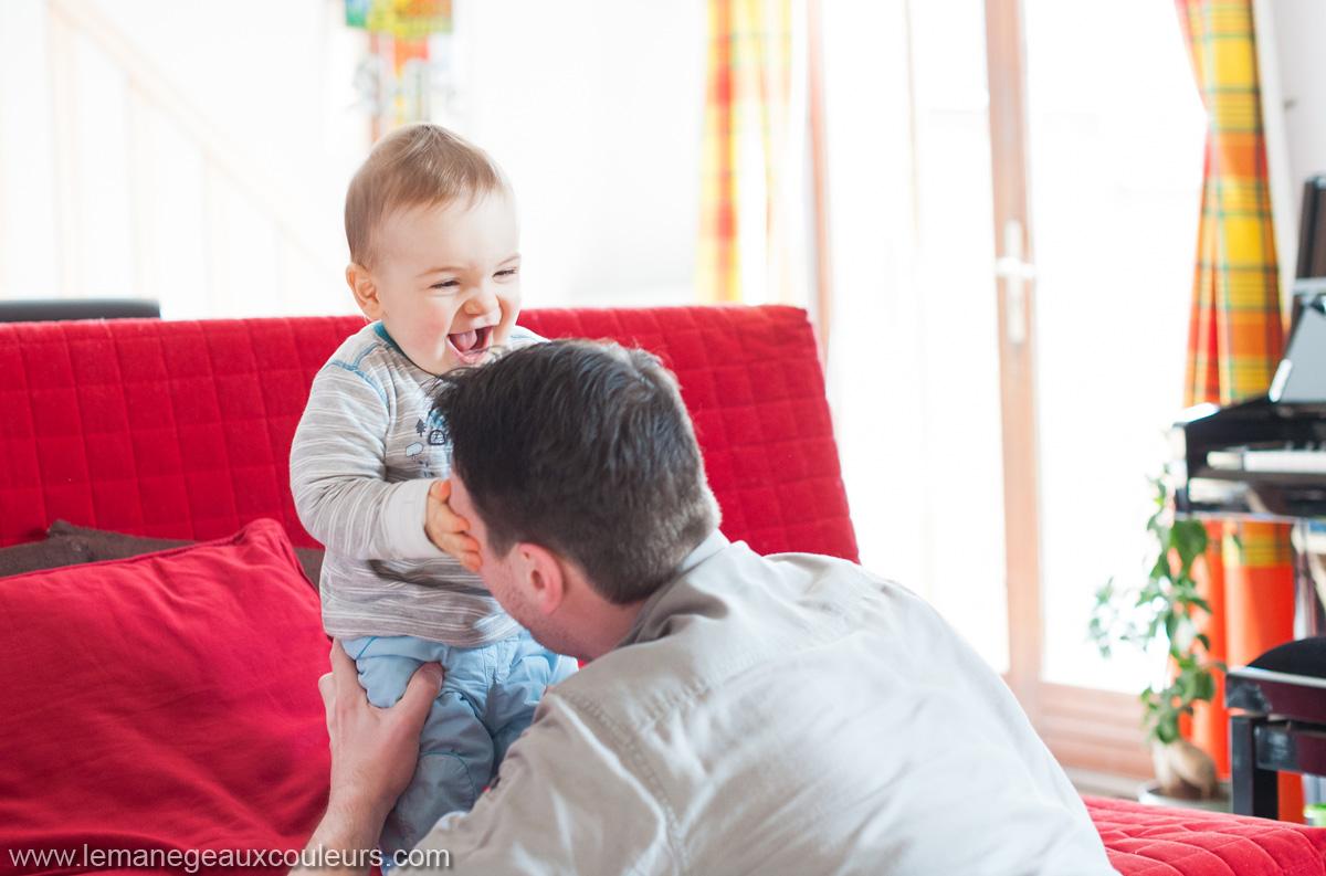 séance famille à domicile photographe lille - moment de complicité et de rire avec papa - bonheurs du quotidien
