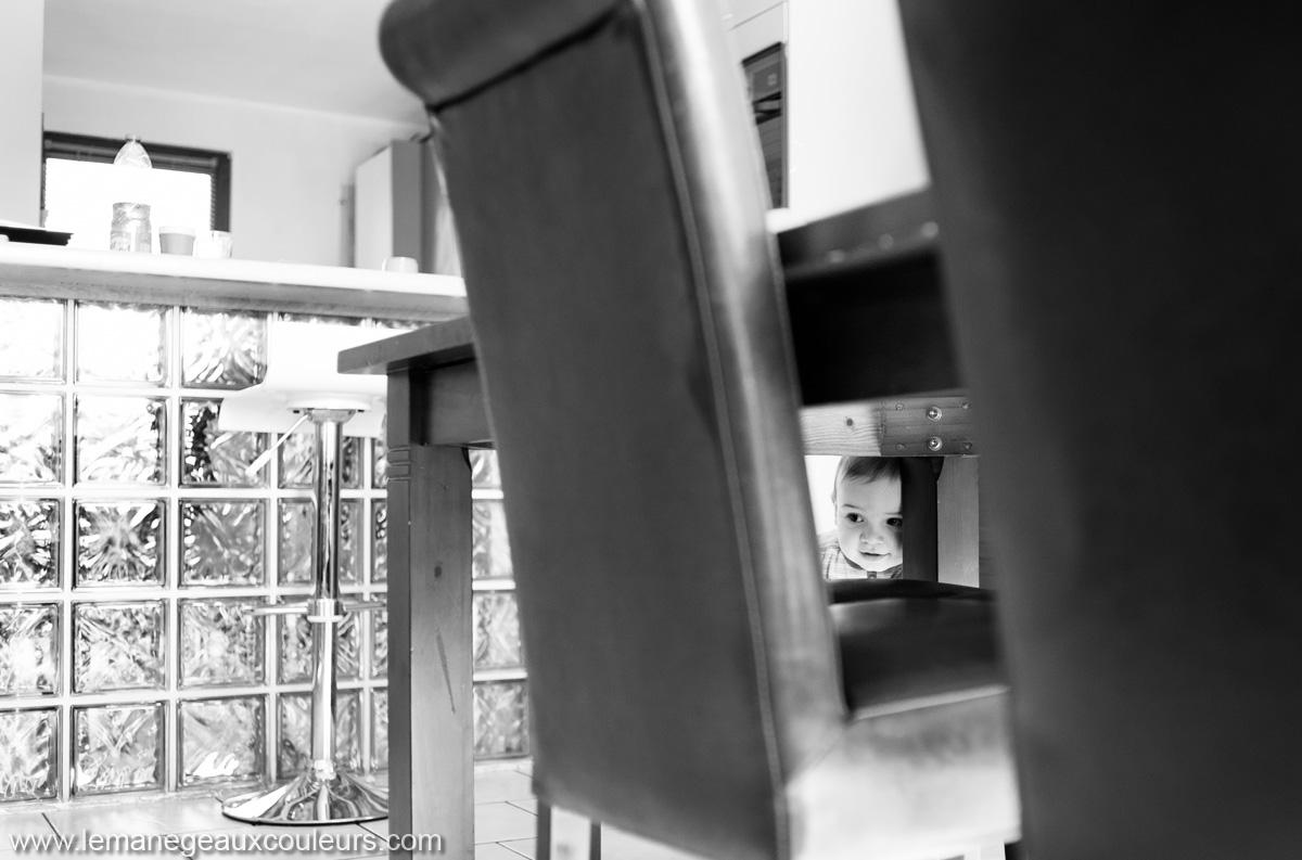 séance famille photographe lille nord pas de calais - cache-cache sous la table, les jeux de tous les jours avec les enfants - des souvenirs à conserver