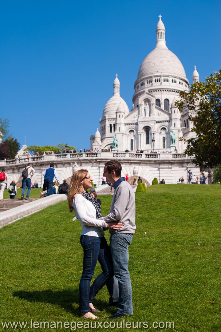 Parenthèse amoureuse dans les rues de Montmartre - sacré coeur avec des amoureux devant - photographe mariage lille paris bruxelles