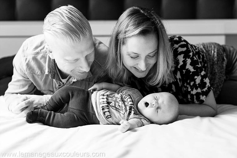 photographe bebe nord - bébé trop chou qui baille et les parents qui sont aux anges