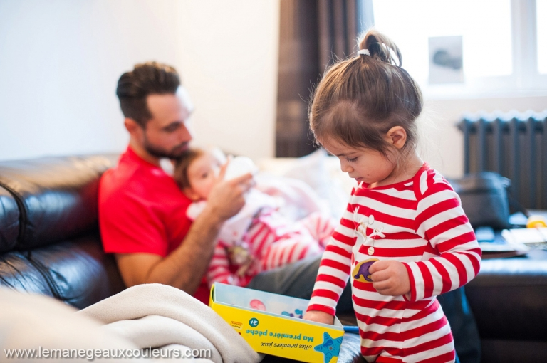 Séance photo bébé en famille à la maison, reportage du quotidien