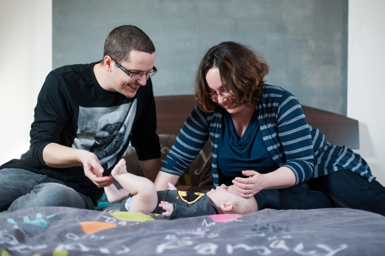 Séance photo bébé nord - les parents regardent leur fils avec amour - idée de cadeau pour un bébé de 6 mois