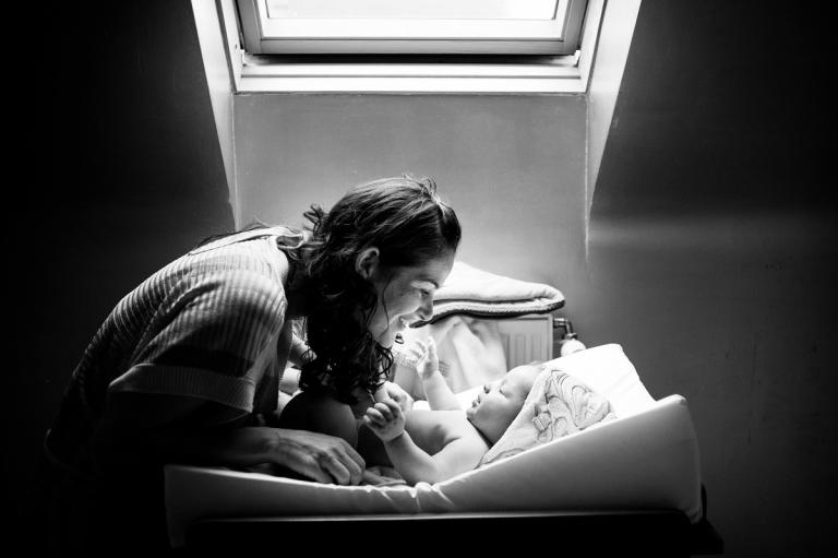 photos bébé lifestyle - câlins avec maman avant le bain