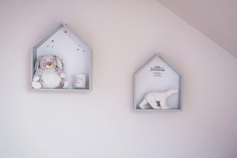 décoration chambre bébé garçon ours maison du monde et petit lapin dans des petites maisonnettes peintes en gris