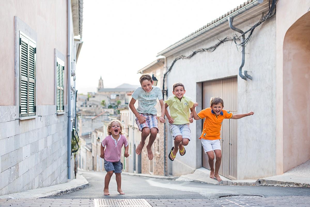 Séance famille nombreuse à Majorque – photos de grossesse en famille