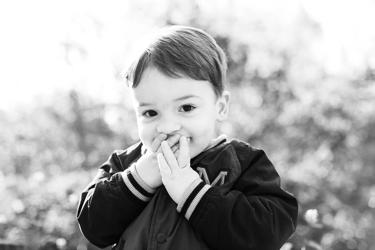 portrait d'enfant non posé complicité avec le photographe en séance famille lille nord