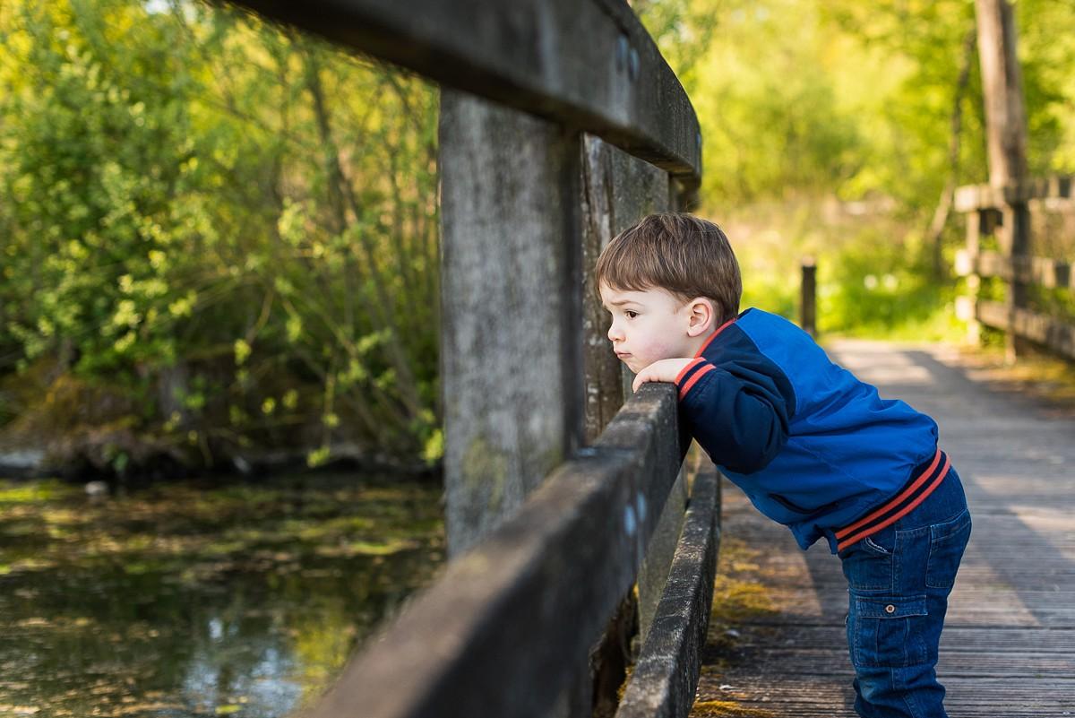 photographe famille enfant lille nord photo sur le vif petit garçon qui regarde au loin non posé