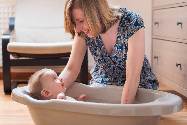 Reportage photo de vie quotidienne photo pleine d'émotions un regard fort du bébé regardant sa maman photographe lille sur le vif