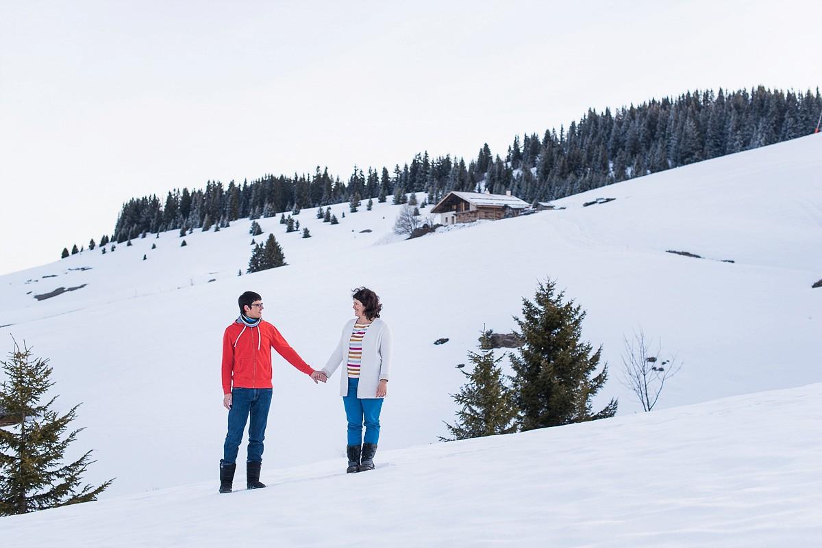 Séance photo de couple à la montagne les saisies