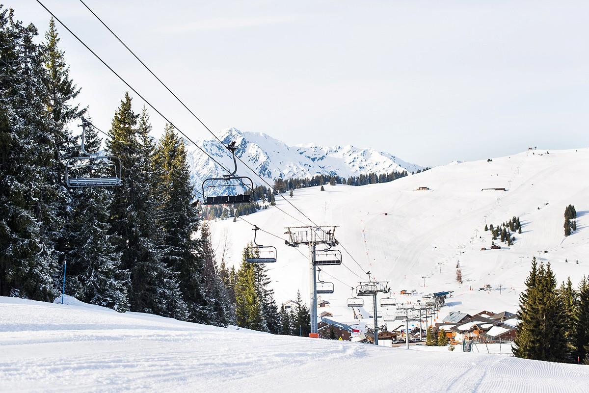 Séance photo de couple à la montagne station de ski les saisies