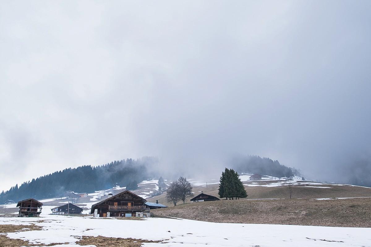 séance photo de couple à la station de ski les saisies dans les alpes