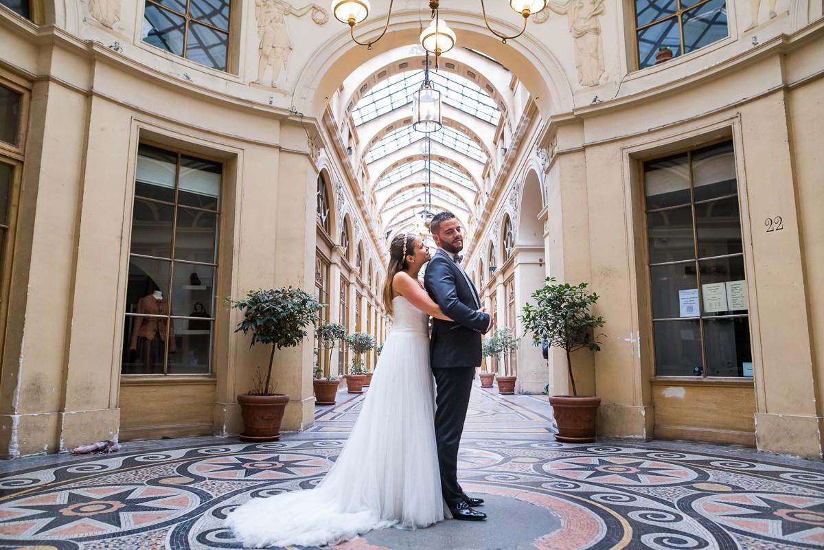 photographe mariage à paris photos de mariés dans la galerie vivienne passage parisien