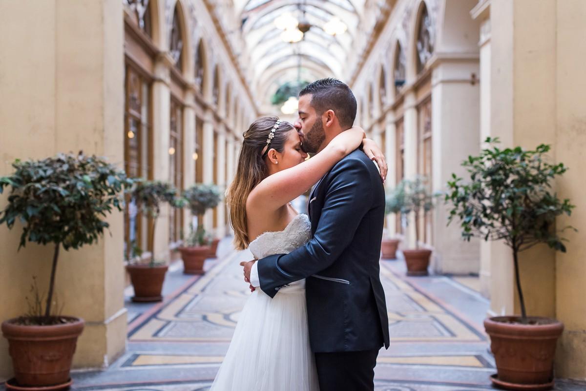 photos de mariage naturelles à la galerie vivienne paris