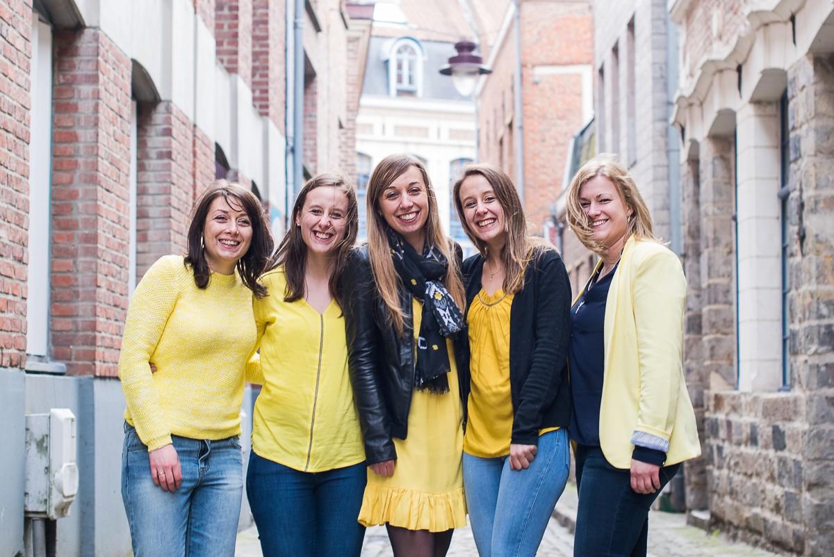 Photographe EVJF Lille haut en couleurs des photos naturelles en jaune pour la mariée