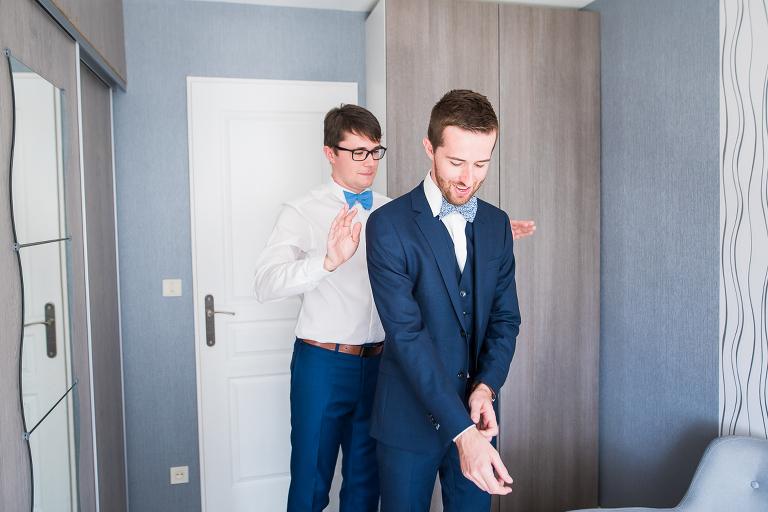 reportage photo mariage préparatifs du marié avec son témoin