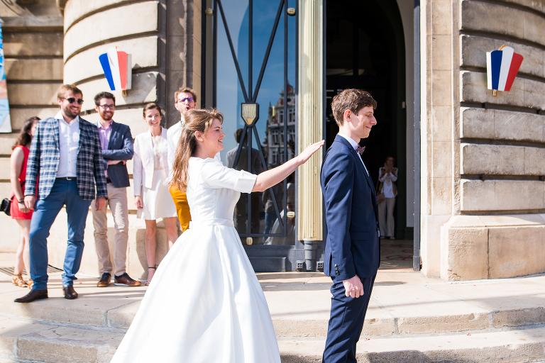 découverte des mariés devant la mairie de béthune photographe mariage pas de calais
