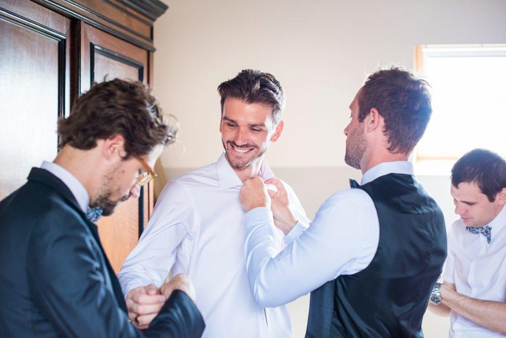 préparatifs de mariage habillage du marié