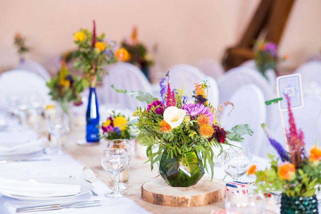 mariage à La Howarderie décoration de salle sur le thème champêtre hippie fleuri multicolore