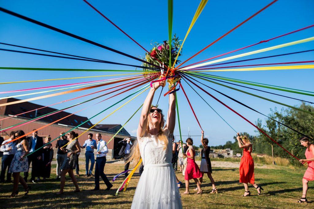 lancer de bouquet original avec les rubans photographe mariage lille
