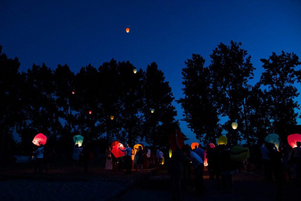 lâcher de lanternes multicolores mariage à La Howarderie