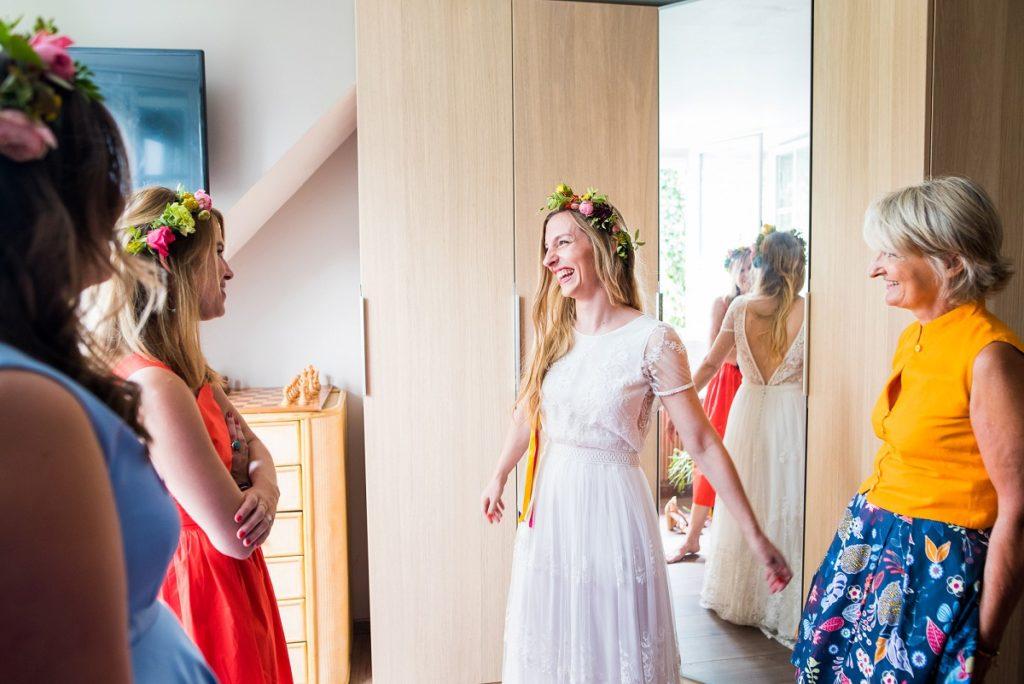 habillage de la mariée moment de partage et de joie avec les copines