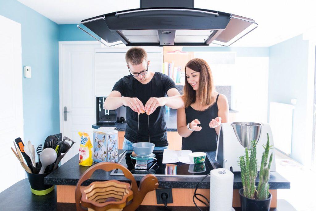 séance photo couple cocooning à la maison pour faire un gâteau