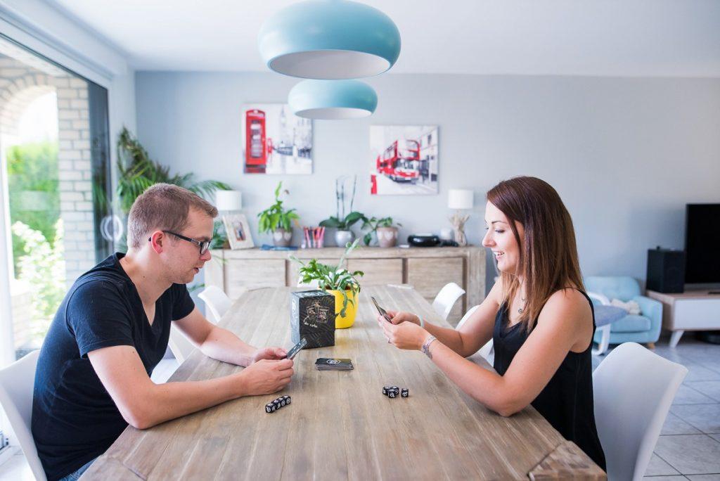 séance photo couple cocooning un couple qui joue aux jeux de société
