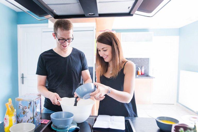 faire un gâteau en amoureux séance photo couple cocooning