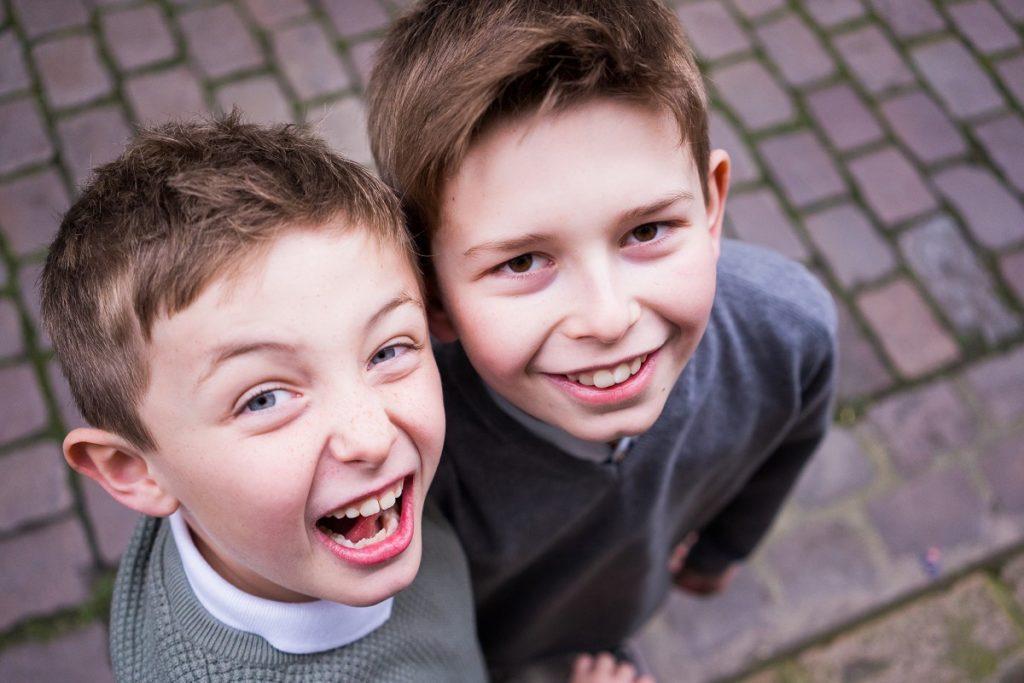 séance photo de deux frères de 8 ans et 11 ans