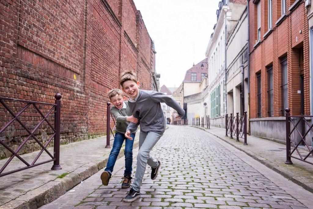 photographe spécialiste famille Lille deux frères qui courent
