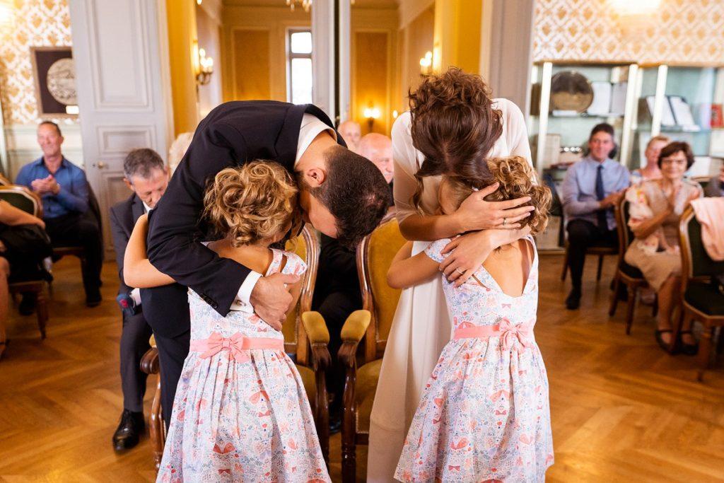 les filles émues de voir leurs parents se marier