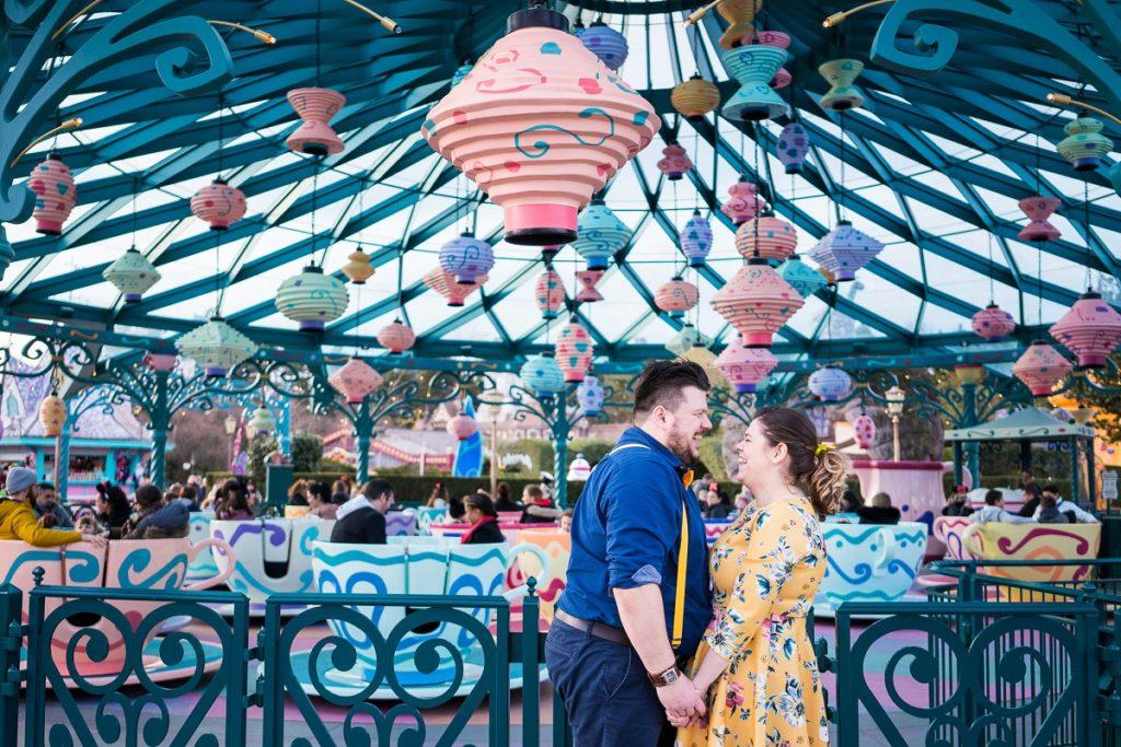 séance engagement à Disney land paris photographe couple