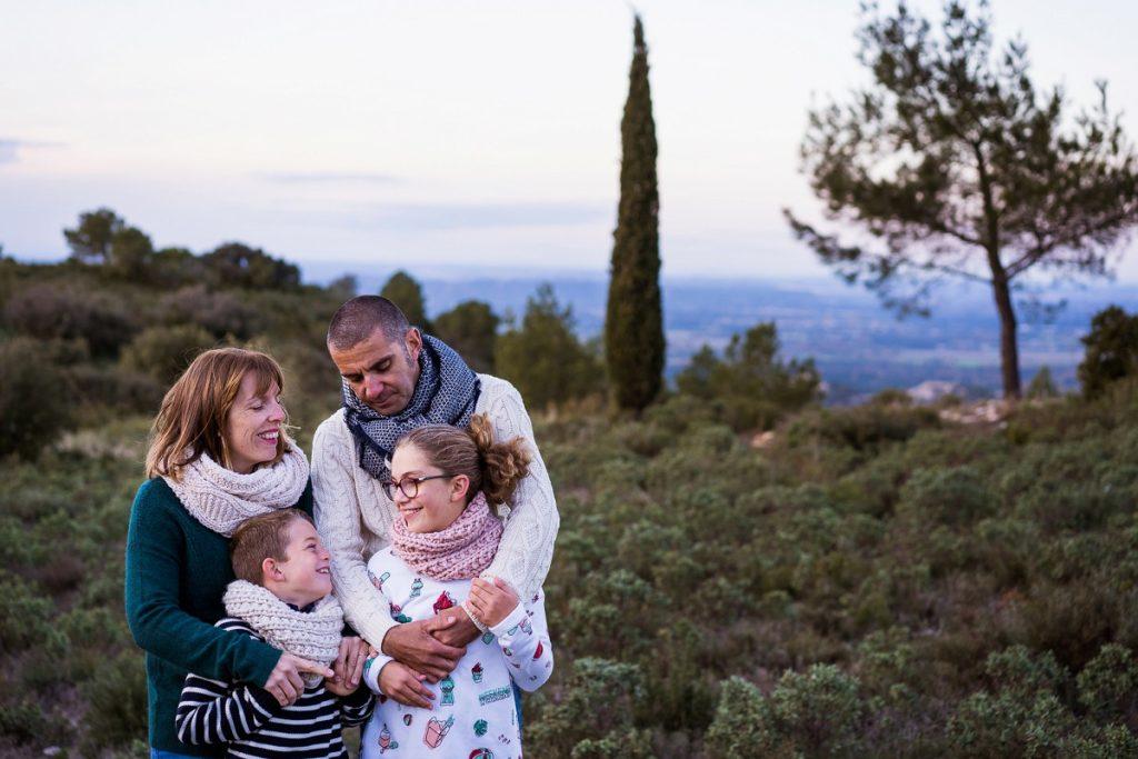 superbes photos de famille dans les baux de Provence avec un cyprès en arrière plan