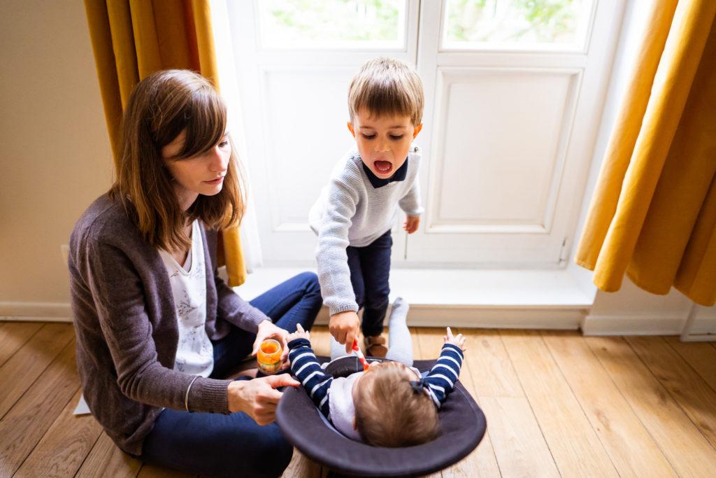 séance photo de famille à la maison le moment du repas